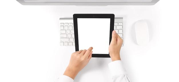 Mani che tengono un gadget del computer touch tablet con schermo isolato