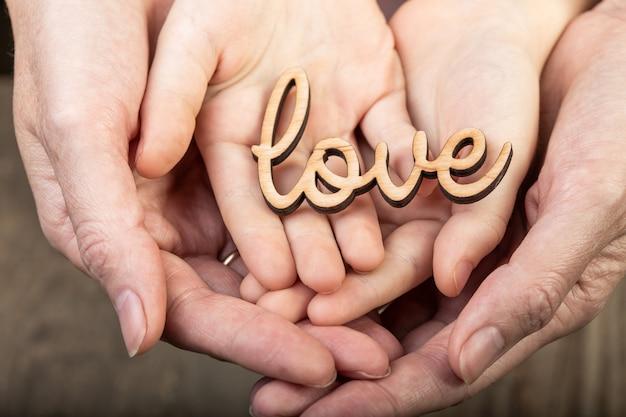 Mani che tengono la parola amore