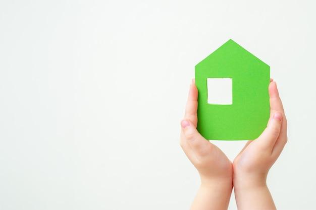 Le mani tiene la casa di carta verde