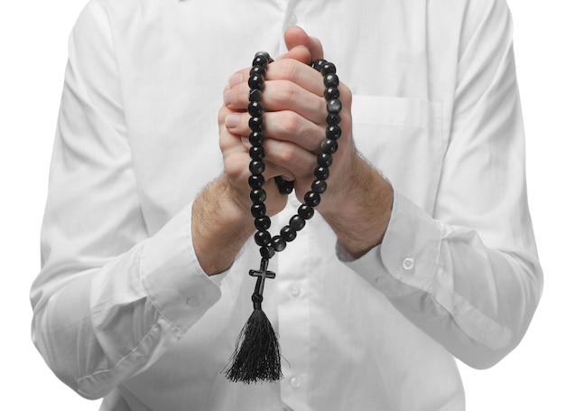 Mani di preghiera maschile che tengono perline di pietra nere isolate