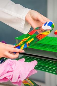 Le mani dell'infermiera preparano il laccio emostatico medico per il prelievo di sangue in studio medico