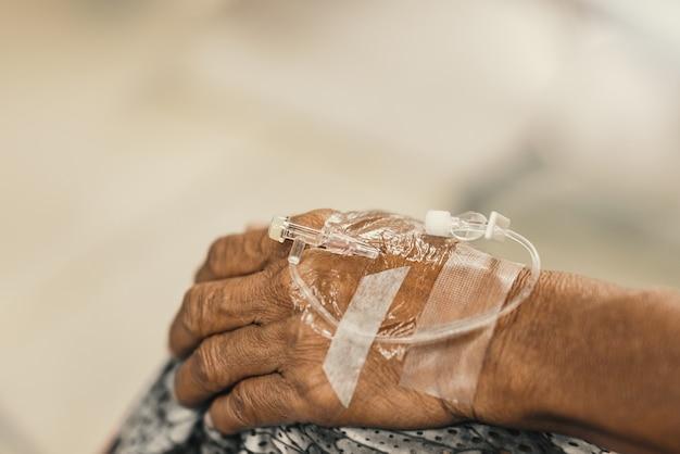 Mani dei pazienti eseguire le procedure per attendere il trattamento medico