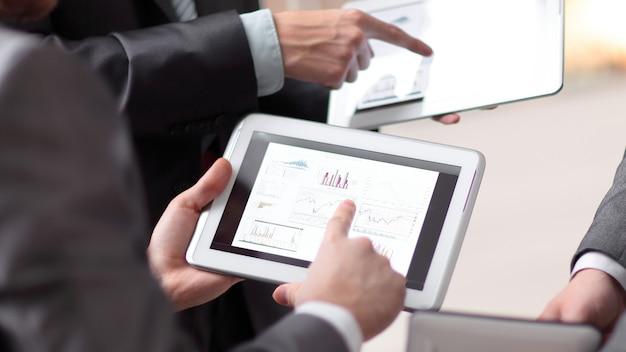 Mani di persone che lavorano con computer tablet. tecnologia.