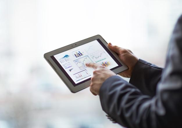 Mani di persone che lavorano con computer tablet.