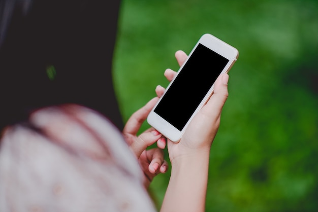 Mani e telefoni telefoni l'uso della tecnologia di comunicazione. e per fare affari onlin