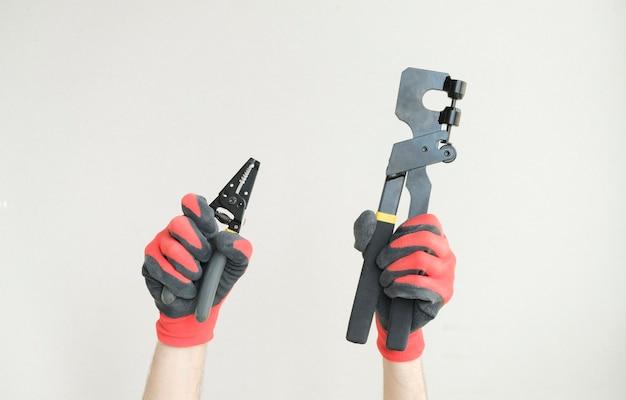 Mani alzate che tengono diversi strumenti, concetto di costruzione e ristrutturazione.
