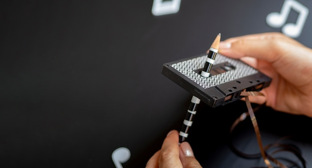 Mani che riparano un nastro con copia-spazio