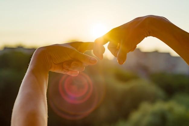 Le mani mostrano il gesto delle dita insieme, simbolo di amicizia e relazione