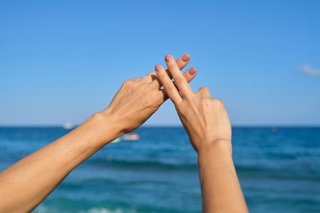 Le mani mostrano l'hashtag del simbolo del gesto è virale, web, social media, rete