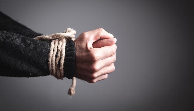 Mani legate con una corda. concetto di reclusione