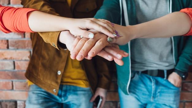 Mani insieme. uguaglianza. forza del lavoro di squadra. successo di gruppo.