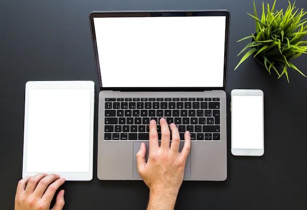 Mani che toccano i dispositivi responsive di web design