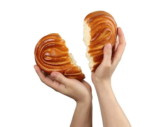 Le mani vogliono collegare due metà del cuore spezzato mostrato come un panino strappato