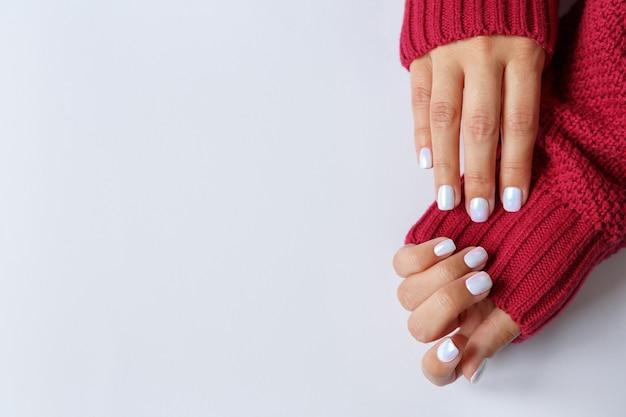 Mani con bella perla manicure da vicino