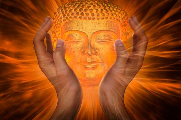 Mani con faccia di buddha