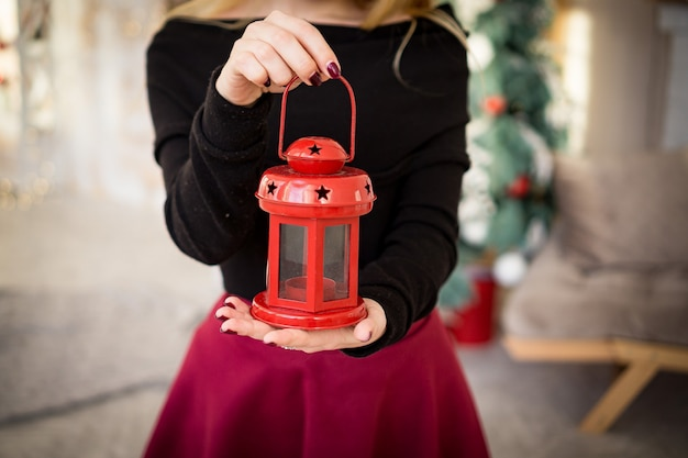 Mani con candele regali per natale e capodanno, rosso verde, sorpresa in gravidanza
