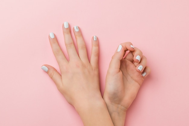 Mani con trucco leggero in stile invernale. prenditi cura delle mani.