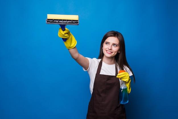 Mani con finestra di pulizia del tovagliolo. lavare il vetro delle finestre con lo spray.