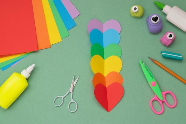 Mani con un cuore arcobaleno