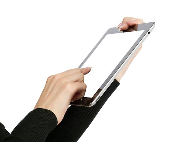 Mani con computer tablet su bianco