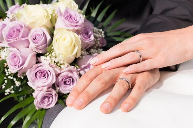 Mani con anelli di nozze