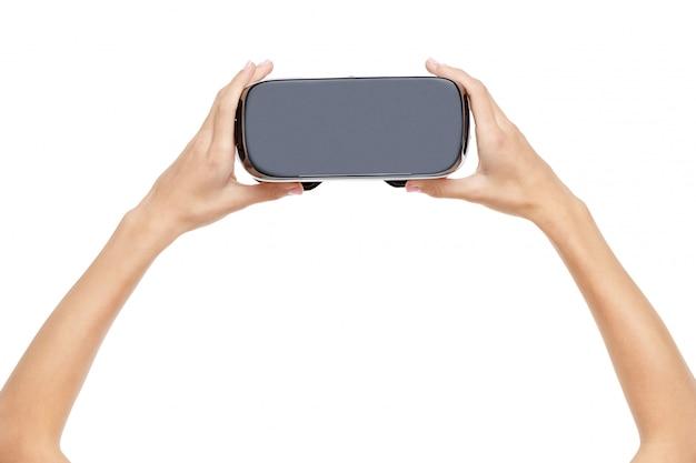 Mani della donna che tengono gli occhiali di protezione di realtà virtuale