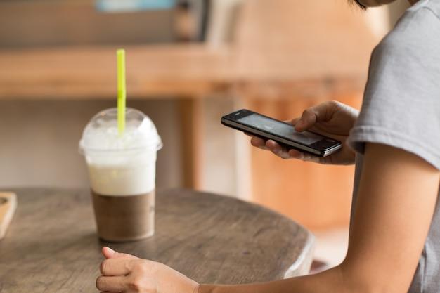 Mani di una donna che utilizza un telefono cellulare mobile
