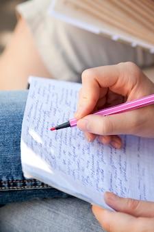 Mani che scrivono su una carta