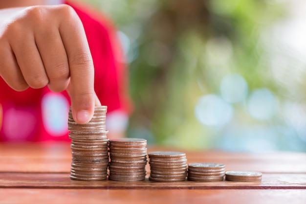 Mani di giovani ragazze asiatiche che risparmiano denaro sulle scale impara a risparmiare denaro usa il concetto di risparmio
