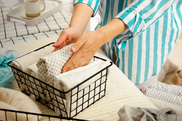 Mani di una giovane donna casalinga