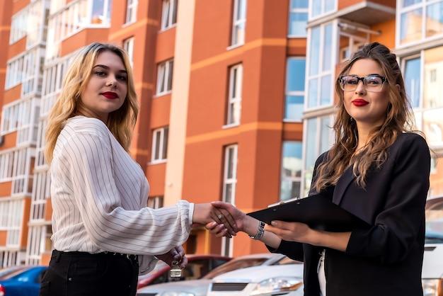 Stretta di mano dopo un accordo di successo tra agente immobiliare e nuovo proprietario