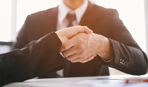 Concetto di business stretta di mano. uomini d'affari si stringono la mano in ufficio