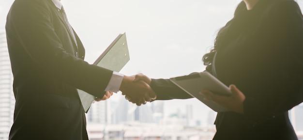 Concetto di business stretta di mano
