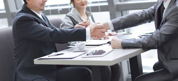 Partner commerciali della stretta di mano sul desktop