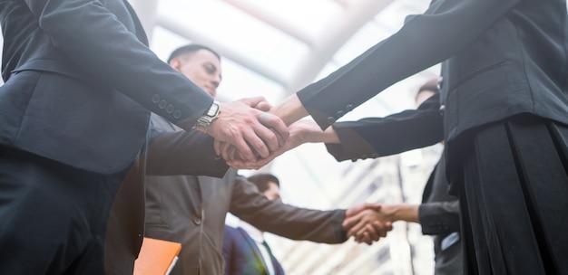 Stretta di mano di business people colleghi teamwork meeting. mano mano e stringere la mano in città
