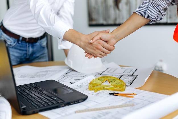 Stretta di mano di uomini d'affari in un ufficio per chiudere l'affare