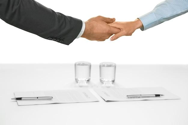 Stretta di mano di uomini d'affari. scelta di carriera sicura. contratti firmati e accordi presi. un nuovo inizio.