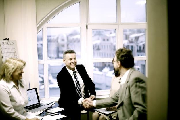 Partner finanziari di stretta di mano nella discussione del trattato. foto con copia spazio