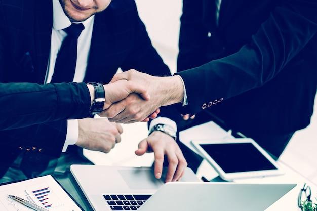 Gestore della stretta di mano e il cliente dopo la discussione delle finanze