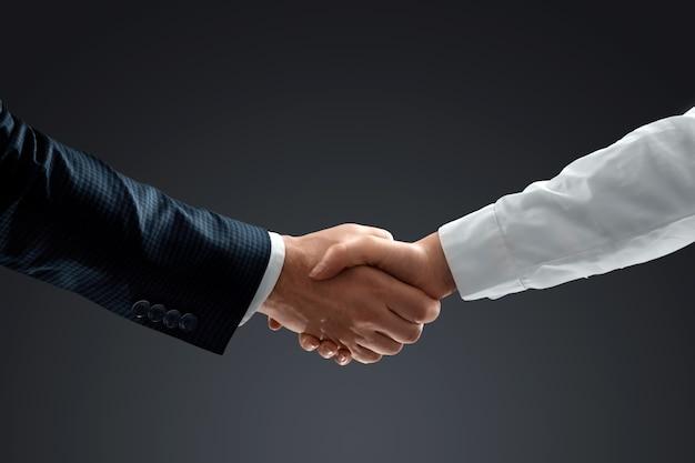 Stretta di mano con effetto, lavoro di squadra, concetto di partnership, comunicazione aziendale. avvicinamento.