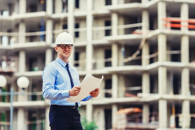 Ingegnere di costruzione di handsom al cantiere