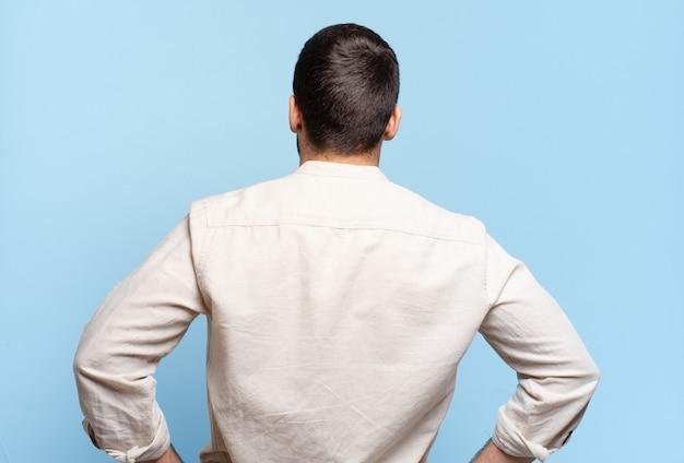 Bell'uomo biondo adulto che si sente confuso o pieno o dubbi e domande