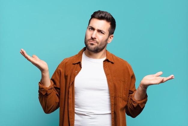 Bell'uomo adulto che sembra perplesso, confuso e stressato, chiedendosi tra diverse opzioni, sentendosi incerto