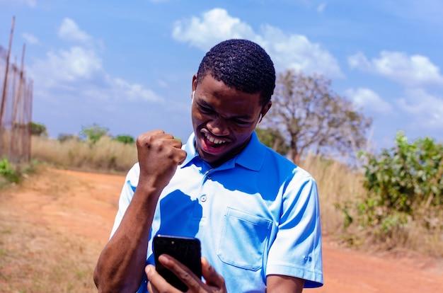 Un bel ragazzo africano è rimasto sorpreso dal nuovo che ha visto sul suo cellulare