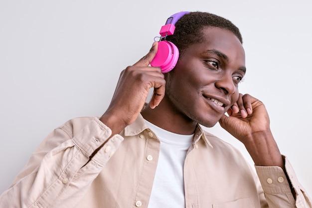 Bel ragazzo afroamericano piace ascoltare musica in cuffia
