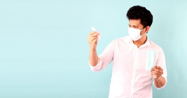 Bell'uomo asiatico con gel per alcol e con maschera medica, consiglia la prevenzione di virus e varie malattie. isolato