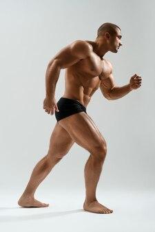 Bell'uomo atletico