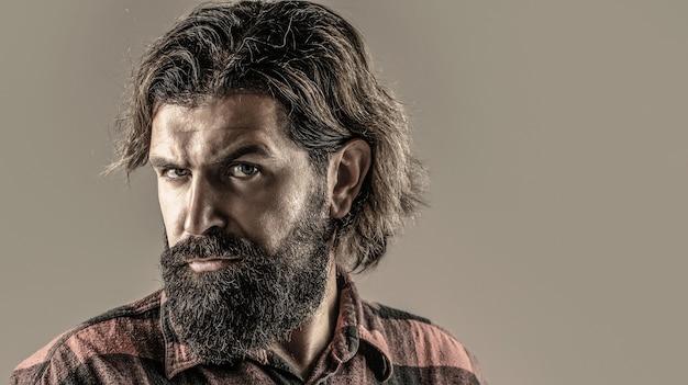 Bello uomo d'affari barbuto. ritratto dell'uomo barbuto bello in vestito. barba e baffi maschili. maschio sexy, macho brutale, hipster.