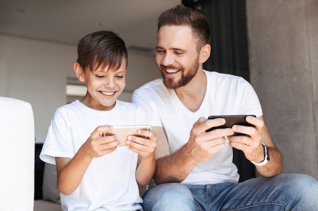 Bel uomo barbuto al chiuso a casa con suo figlio