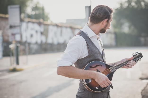 Uomo di hipster baffi bello bello suonare il mandolino